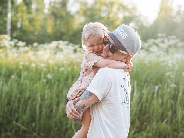 Otto ja Iina Hyttinen ovat olleet yhdessä pian yhdeksän vuotta. Heillä on kolme lasta, joista ensimmäinen syntyi vain kahdeksan kuukautta parin ensitapaamisen jälkeen.