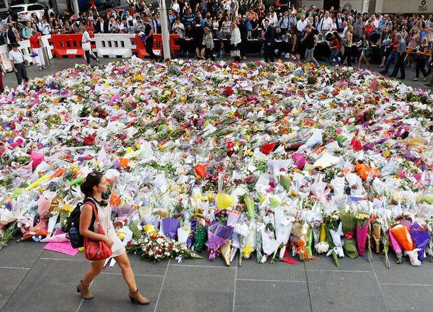 Tapahtumapaikalle on tuotu kukkia uhrien muistolle.
