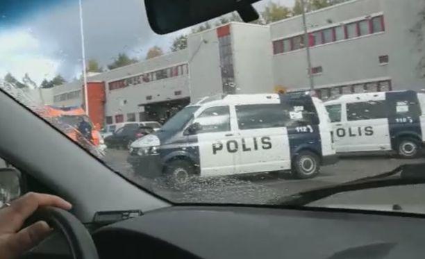 Poliisipartioita oli paikalla runsaasti. Lisäksi paikalla oli ainakin yksi poliisin maastoajoneuvo.