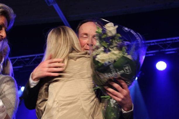 Jussi Halla-aho puolueensa jäsenten onniteltavana.