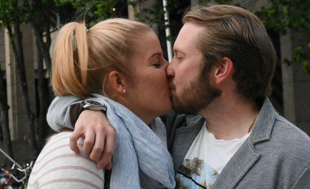 Tiina ja Samuel tapasivat ensi kertaa alttarilla ja televisiokamerat seurasivat heitä avioliiton viisi ensimmäistä viikkoa. Liitto on kestänyt.