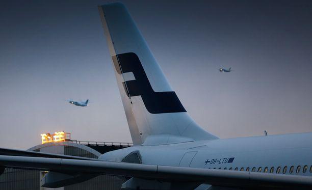 Humalainen nainen piinasi tunteja jatkuneella epäasiallisella käytöksellään Finnairin Helsinki-Bangkok-lennon muita matkustajia.