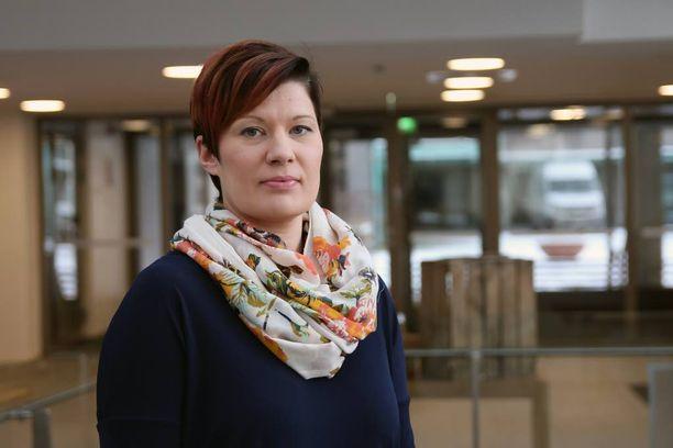 Suomen Fysioterapeutit ry:n puheenjohtaja Tiina Mäkinen pitää alan eettisten ohjeiden rikkomista valitettavana.