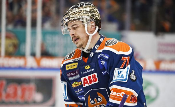 Kristian Kuusela manasi virhettään Kärppien toisen maalin jälkeen.