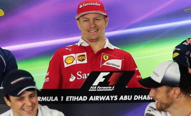 Kimi Räikkönen nauratti edessä istuneita Felipe Massaa (vas.) ja Jenson Buttonia (oik.).
