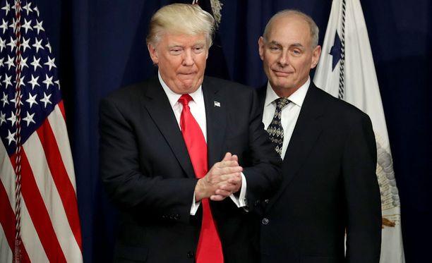 Kansallisen turvallisuusviraston johtaja John Kelly (oik.) presidentti Donald Trumpin seurassa.