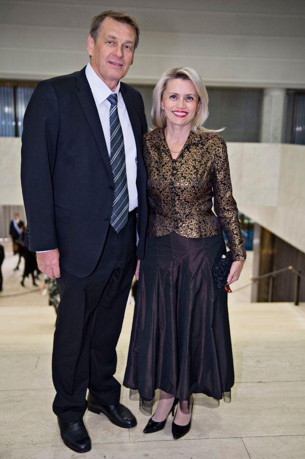 Miehensä Niilo Räsäsen kanssa juhlinut Päivi Räsänen pukeutui todelliseen kierrätysmuotiin.