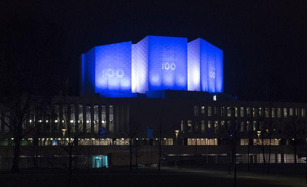 Näin Finlandia-talon seinät tervehtivät satavuotiasta Suomea.