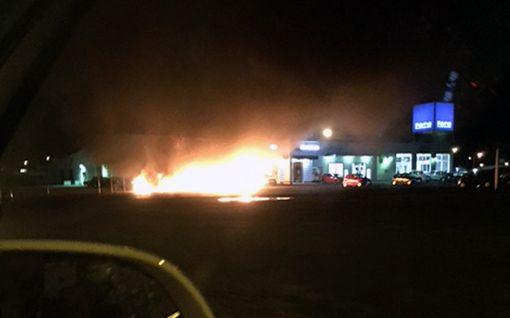 Kaksi saman ketjun autoliikettä paloi Keminmaassa - syttymissyitä ei kommentoida