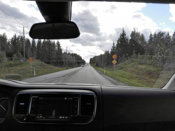 Outo näkymä avautui auton ikkunasta, kaksi eri nopeusrajoitusta samaan aikaan.