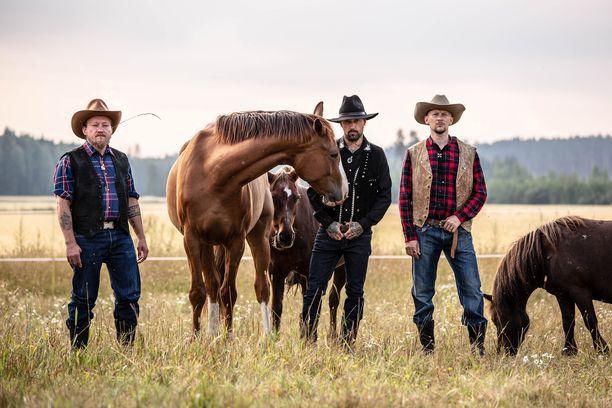 Syksyn viimeisessä jaksossa Duudsonit vierailevat Hollolassa, jossa Tillgrenit pitävät hevostilaa.