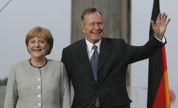 George H.W. Bush osallistui 2008 Yhdysvaltain uuden lähetystön avajaisiin Berliinissä. Vierellä liittokansleri Angela Merkel.