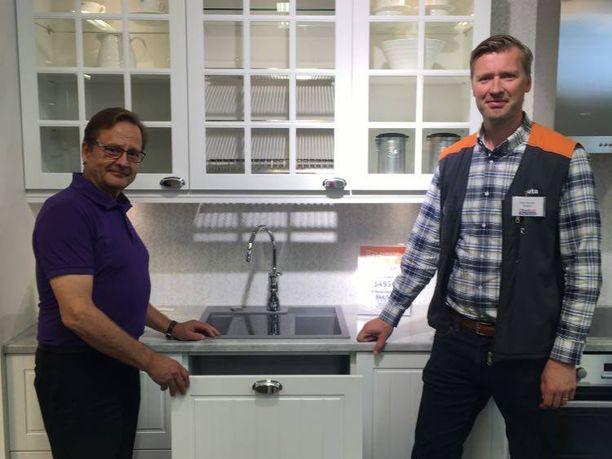 Harri Laitila (vas.) ja Mikko Takamäki huolehtivat asiakkaiden remonttitarpeista K-Rauta Rauta-Otra Nekalassa.