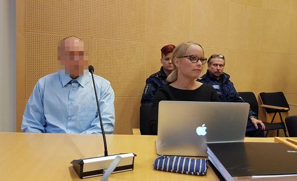 Todistajan mukaan myös murhasta syytetty tsekkimies nousi, kääntyi todistajaan päin ja huusi soittamaan ambulanssin paikalle.