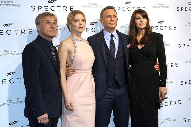 Spectre-tähdet Christoph Waltz, Lea Seydoux, Daniel Craig ja Monica Bellucci torstaina Pariisissa.