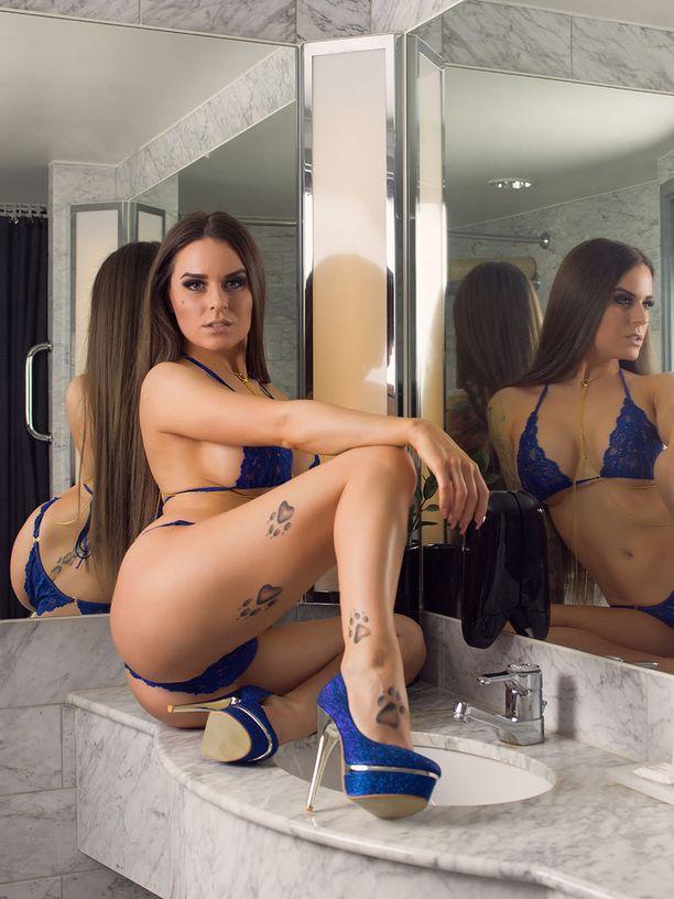 30-vuotias Tundra työskentelee stripparina ja glamourmallina. Tundra harrastaa tankotanssia.