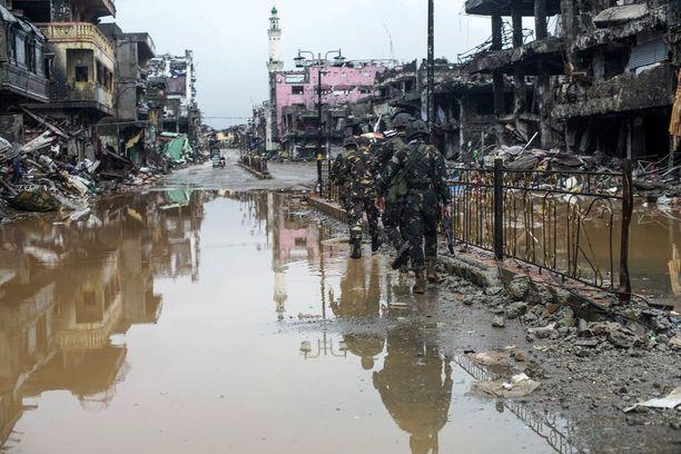 Filippiiniläissotilaat partiovat Marawissa viikko sitten. Maan armeija kävi kaupungissa viiden kuukauden ajan sotaa Isisille uskollisuutta vannoneen ääri-islamistiryhmän kanssa.