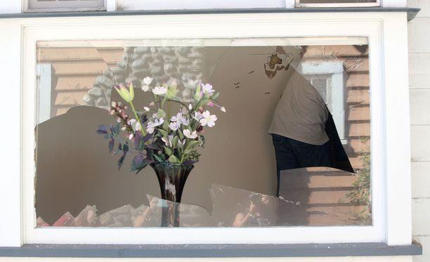 Rikkinäinen ikkuna muistuttaa viime torstain tapahtumista.