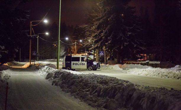 Poliisi on sulkenut piirityspaikalle johtavan kadun.