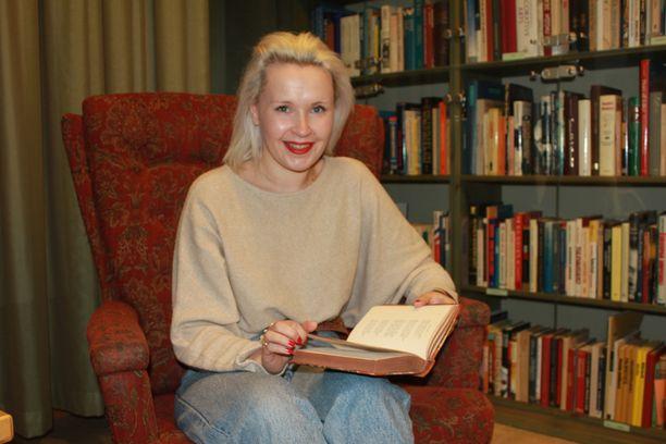 Linda Huhtinen uskoo kirjoista löytyvän vielä paljon mielenkiintoista.