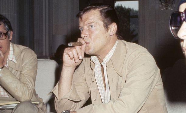 Näyttelijä nauttii sikaristaan 70-luvulla otetussa kuvassa.