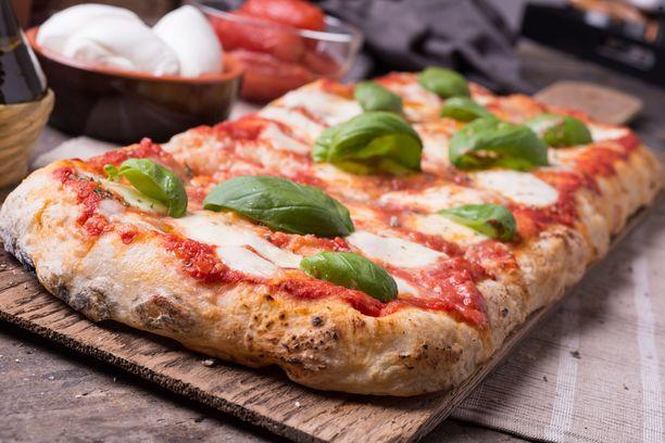 Pizza-focaccia syntyy yksinkertaisista aineksista.