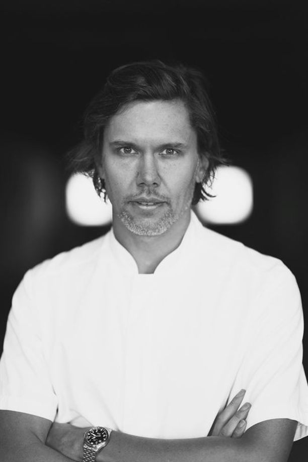 Palkittu kokki Tommy Myllymäki on luonut sinivalkoisille laivoille juhlaherkkuja.