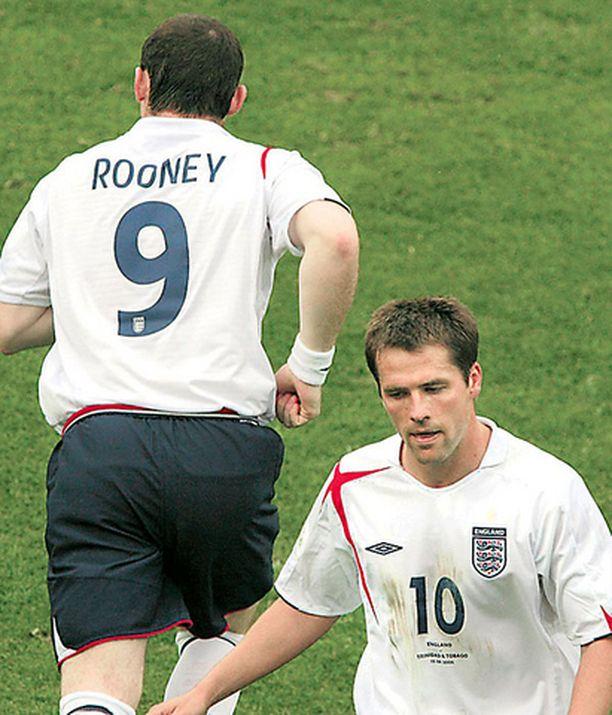 Näkymätön Michael Owen siirtyy penkille ja puolikuntoinen Wayne Rooney nurmelle.