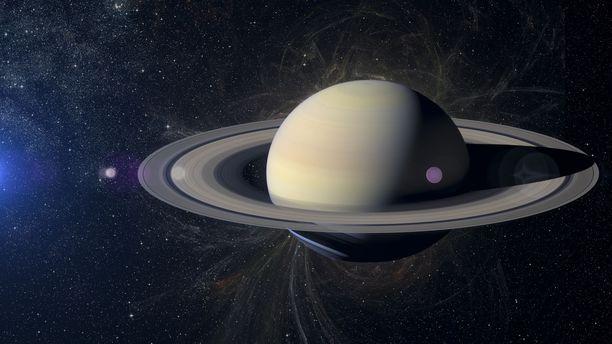 Kaasuplaneetta Saturnus tunnetaan komeista renkaistaan, jotka koostuvat pienistä jääkappaleista. Saturnus on aurinkokuntamme toiseksi suurin planeetta. Havainnekuva.