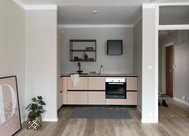 Tässä keittiössä on uskallettu lähteä tavanomaista rohkeammalle linjalle. Musta tuo kivaa kontrastia vaalealle puulle.
