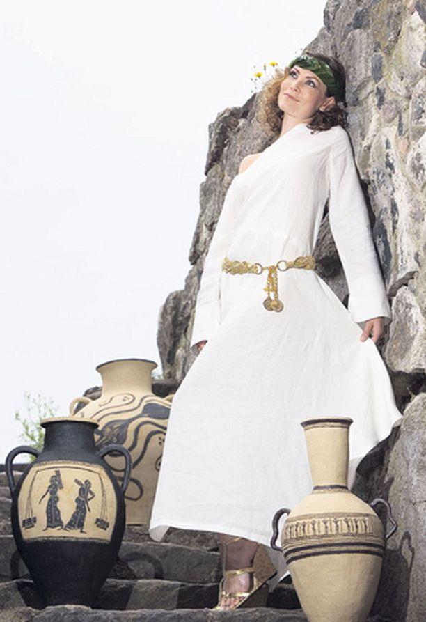 Saija Palin poseeraa kuin kreikkalainen jumalar Kuusiston keskiaikaisen piispanlinnan raunioilla Piikkiönlahden rannalla. Katolisen kirkon piispojen turvapaikka on alunperin rakennettu jo 1300-luvun lopulla. Linna purettiin Kustaa Vaasan käskystä vuonna 1528.