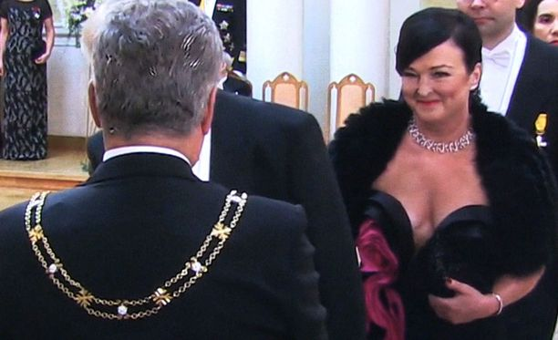 Elinkeinoministeri Olli Rehnin (kesk) vaimon Merja Rehnin kaula-aukko kiinnitti stylisti Teri Niitinkin huomion.
