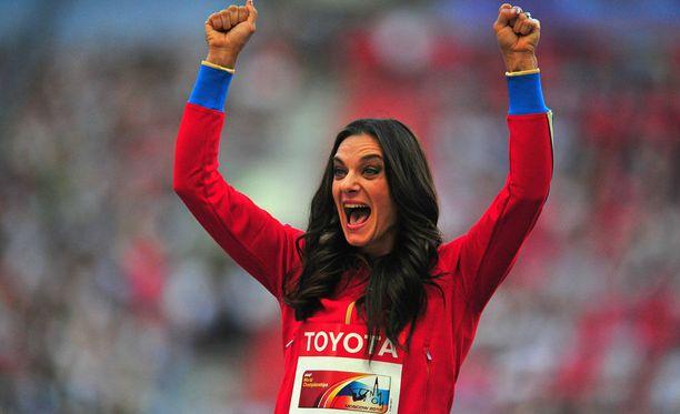 16.8.2013 Isinbajeva tuuletti uransa viimeistä arvokisamitalia. Nainen voitti kultaa Moskovan MM-kisoissa.