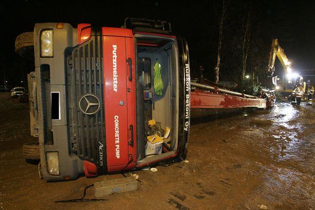 Onnettomuusauton betonipuomi oli ylhäällä kuljettajan lähtiessä siirtämään sitä.