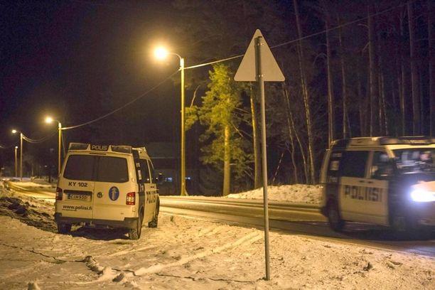 Paikalla oli iltapäivän aikana useita poliisipartioita.