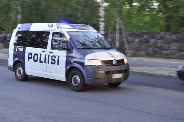 Poliisi on joutunut puuttumaan suomalaisten käytökseen juhannuksena.