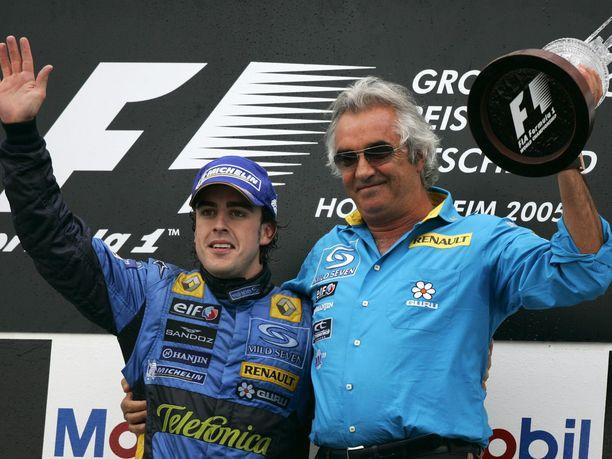 Fernando Alonsolla ja Flavio Briatorella oli syytä juhlaan vuosina 2005-2006, kun Alonso voitti Briatoren johtamassa Renault-tallissa kaksi maailmanmestaruutta.