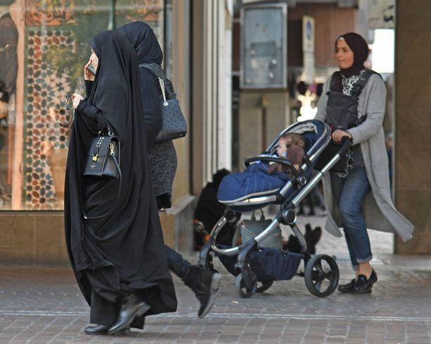 """""""Huivista ei pidä tehdä uutta symbolia poliittiselle suvaitsevaisuudelle tai moniarvoisuudelle. Silloin unohdetaan kaikki ne maailman muslimitytöt ja -naiset, jotka eivät itse saa valita, käyttävätkö he huivia, vaan heiltä edellytetään sitä."""""""