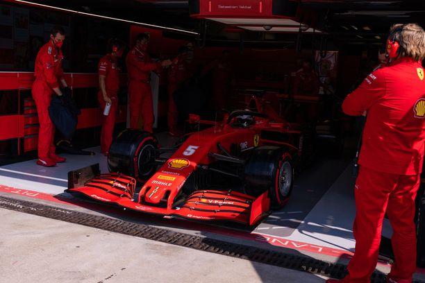 Sebastian Vettelin auto nähdään tavallista tummempana Ferrarin kotikilpailussa.