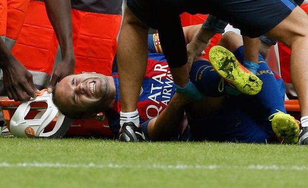 Andrés Iniesta loukkaantui Valencia-ottelun 12. minuutilla.
