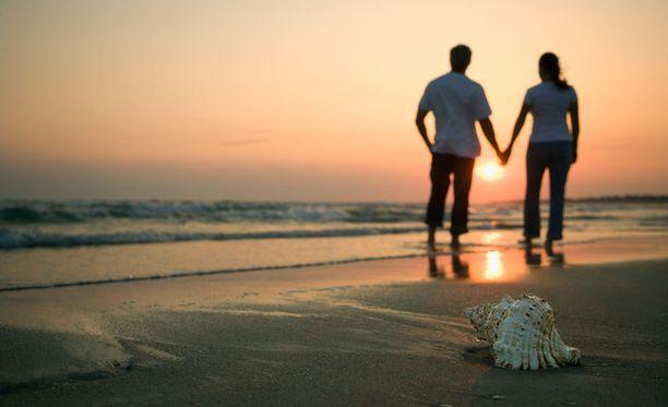 Markus Sormaala kirjoitti mielipidekirjoituksessaan, että yhteiskunta kasvattaa naiset odottamaan täydellistä prinssiä ja ihannoimaan romanttista rakkautta.