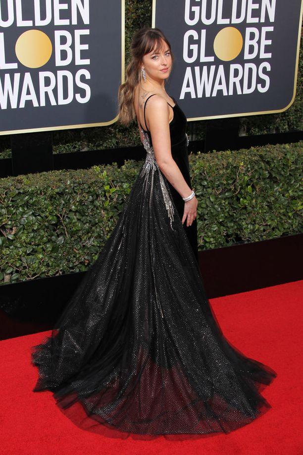 Dakota Johnsonin puvun kaunein osa löytyikin takaa.