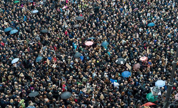 Abortin täyskielto sai kymmenet tuhannet ihmiset osoittamaan mieltään Puolassa.