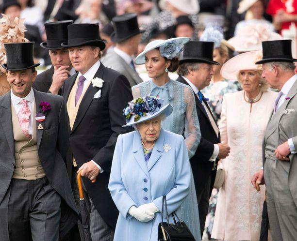 Kuninkaalliset suosivat hieman hillitympiä hattuja mutta kuningattaren päähineen väri kiinnostaa aina! Kuva viime vuoden Royal Ascotista.