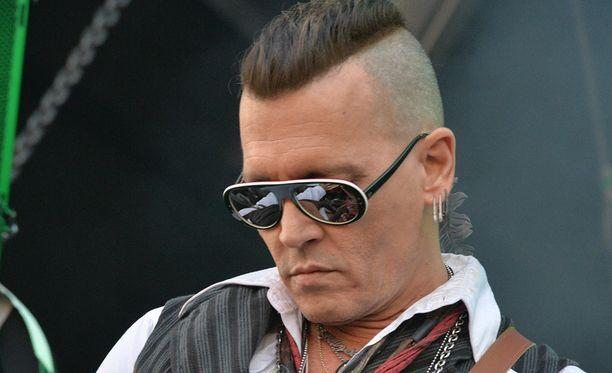 Johnny Depp esiintyi Hollywood Vampiresin riveissä sunnuntaina Kaisaniemessä Helsingissä. 55-vuotias näyttelijätähti taipuu myös katu-uskottavaksi rocktähdeksi.
