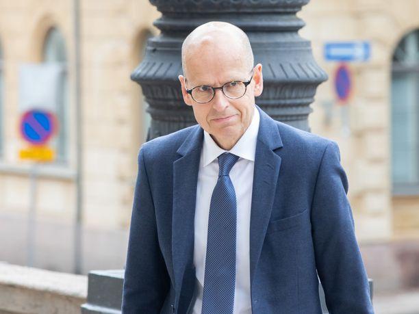 Kansliapäällikkö Martti Hetemäki saapumassa hallituksen iltakouluun Säätytaloon 1. kesäkuuta.