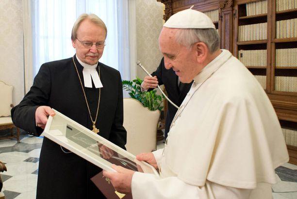 Kari Mäkinen vei paaville taulun.