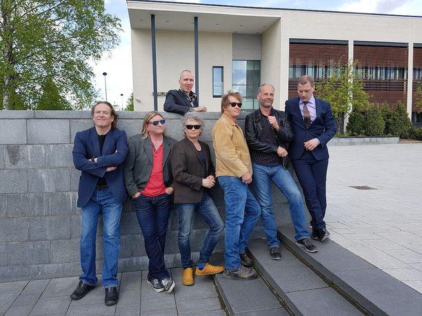 Eput kättelevät kuvanveistäjä Kimmo Schroderusta. Kuvassa myös kaupunginjohtaja Jarkko Sorvanto.