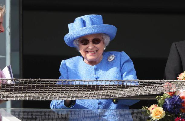 Kuningatar Elisabet seuraa mielellään hevoskisoja.