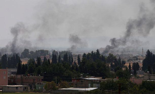 Turkkilaistankit ja syyrialaiset taistelijat operaatiossa Isistä vastaan Syyrian rajalla elokuun loppupuolella Turkin puolella, tarkalleen ottaen Karkamisin kaupungissa Gaziantepin alueella. Kuvituskuva.